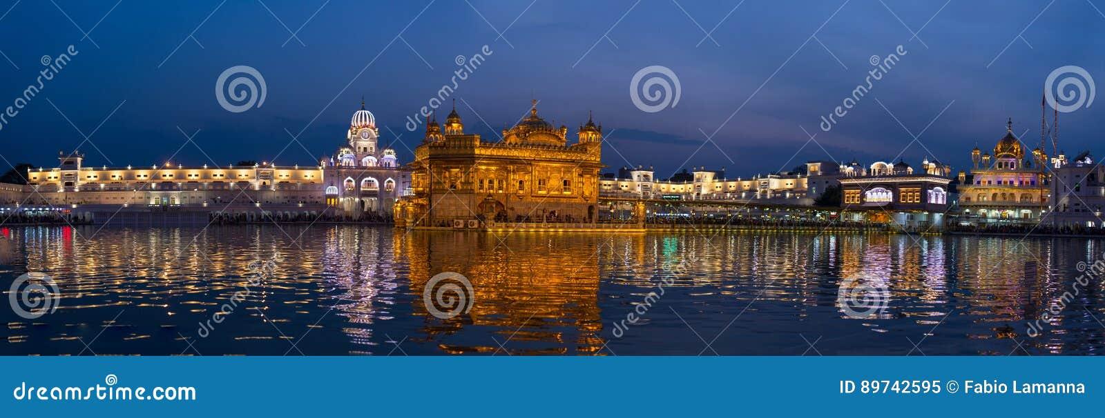 Золотой висок на Амритсаре, Пенджабе, Индии, самом священном значке и месте поклонению сикхского вероисповедания Загоренный в ноч