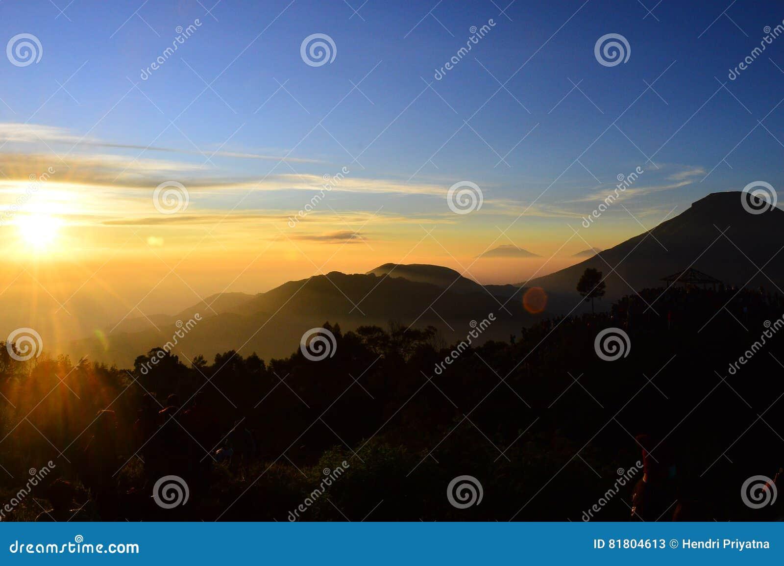 Золотой восход солнца в Dieng Индонезии