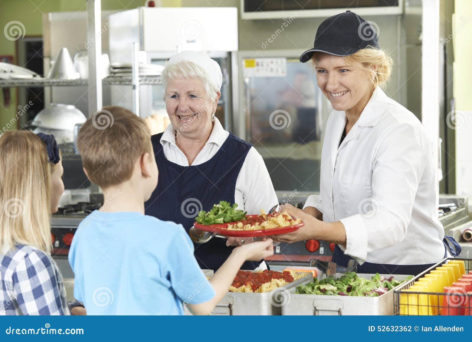 Зрачки в школьном кафетерии будучи послуженным обед дамами обедающего