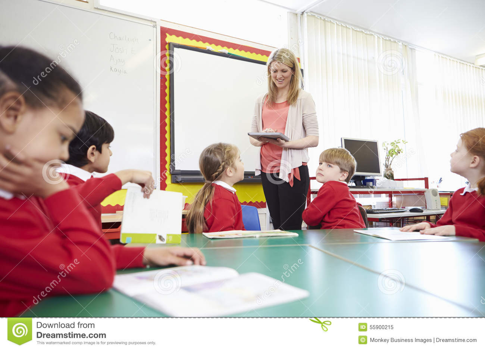 Зрачки сидя на таблице как учитель готовят Whiteboard