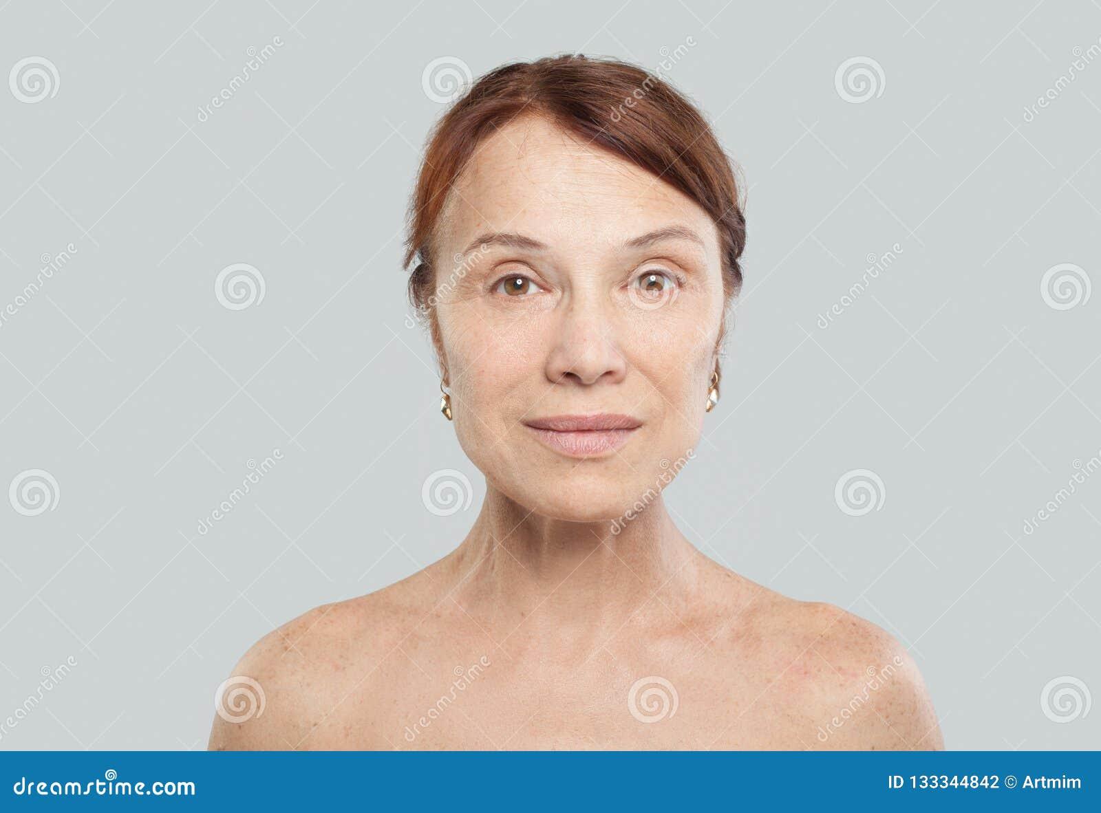 Зрелая женская сторона на белой предпосылке