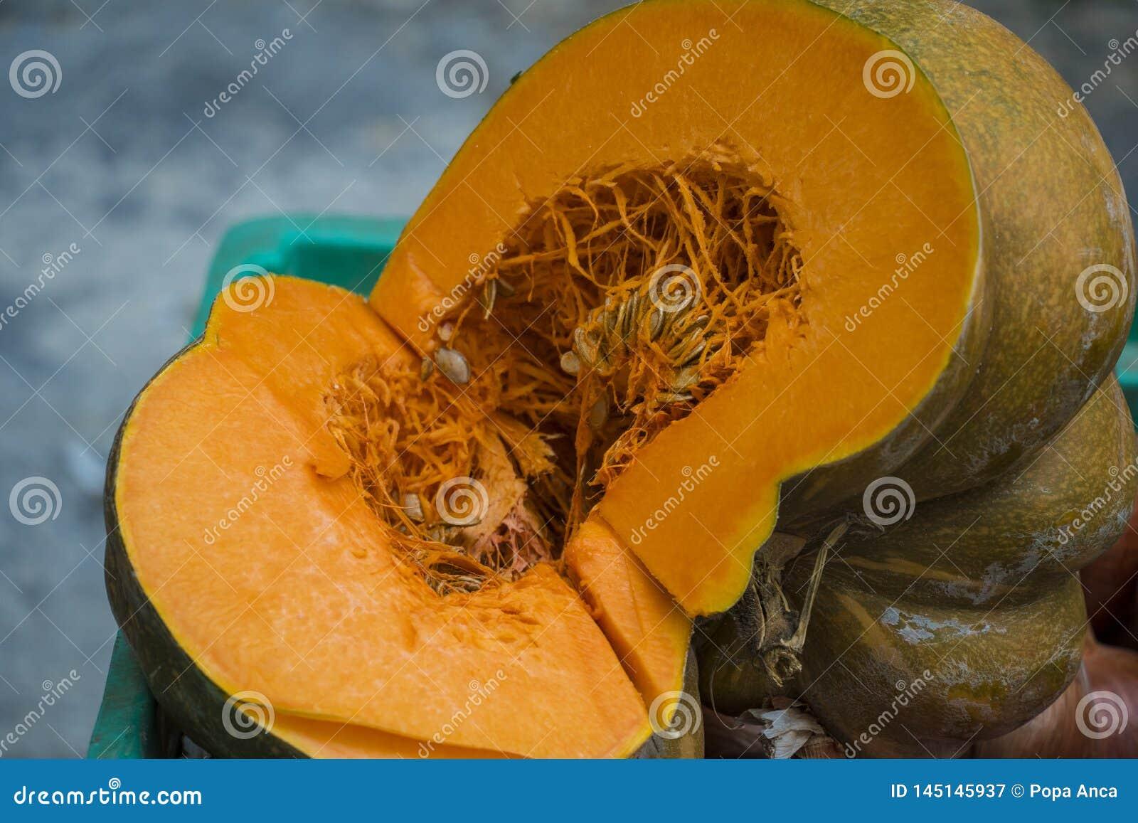 Зрелая яркая оранжевая тыква отрезала открытое