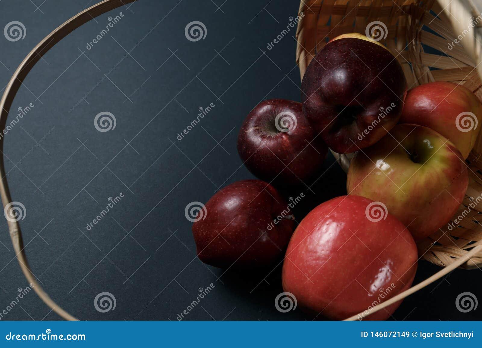 Зрелые красные яблоки в корзине