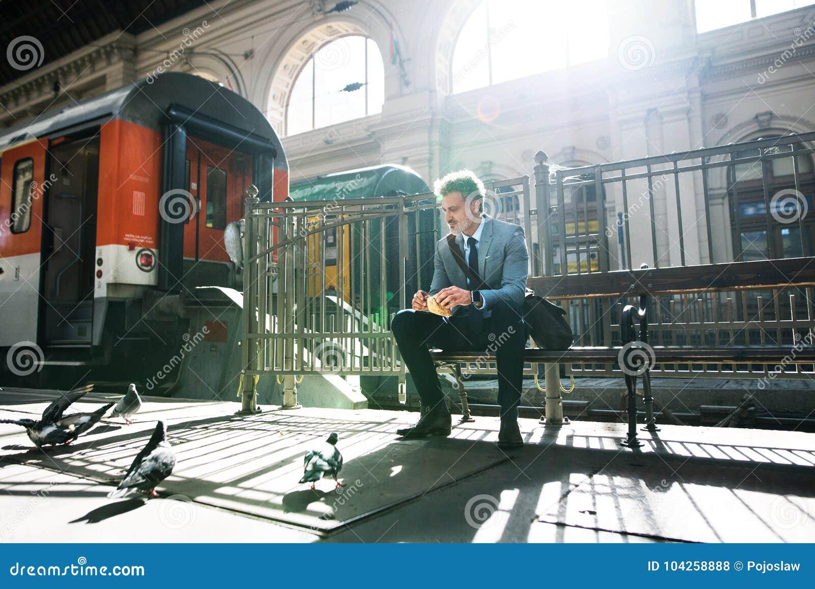 Download Зрелый бизнесмен на вокзале Стоковое Фото - изображение насчитывающей пассажир, доверие: 104258888