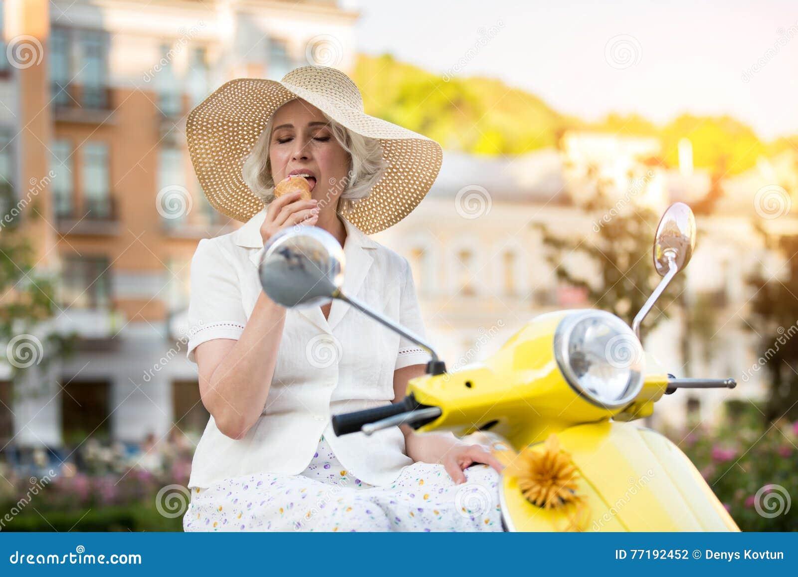 Зрелая дама есть мороженое