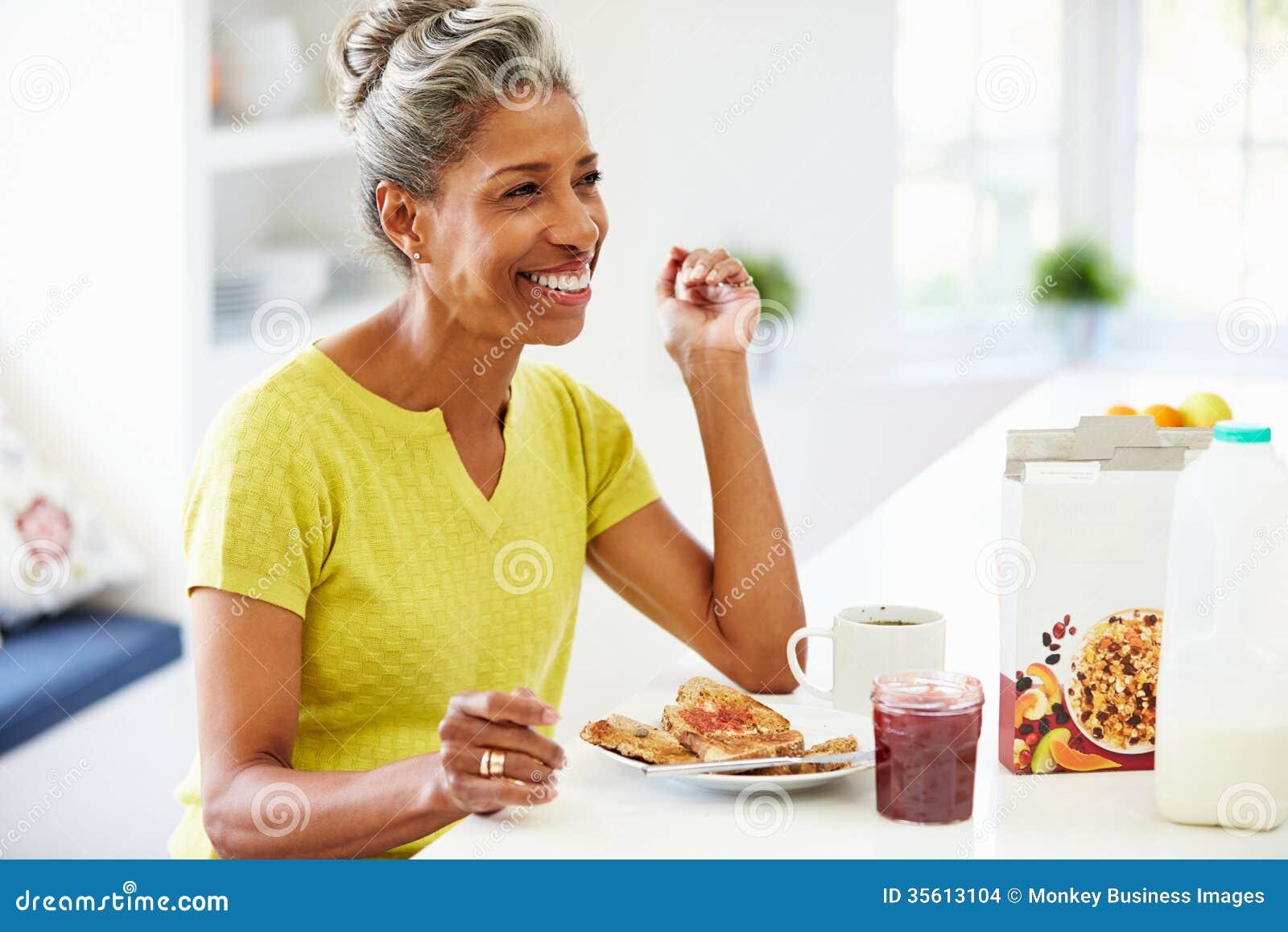 Зрелая женщина есть завтрак дома