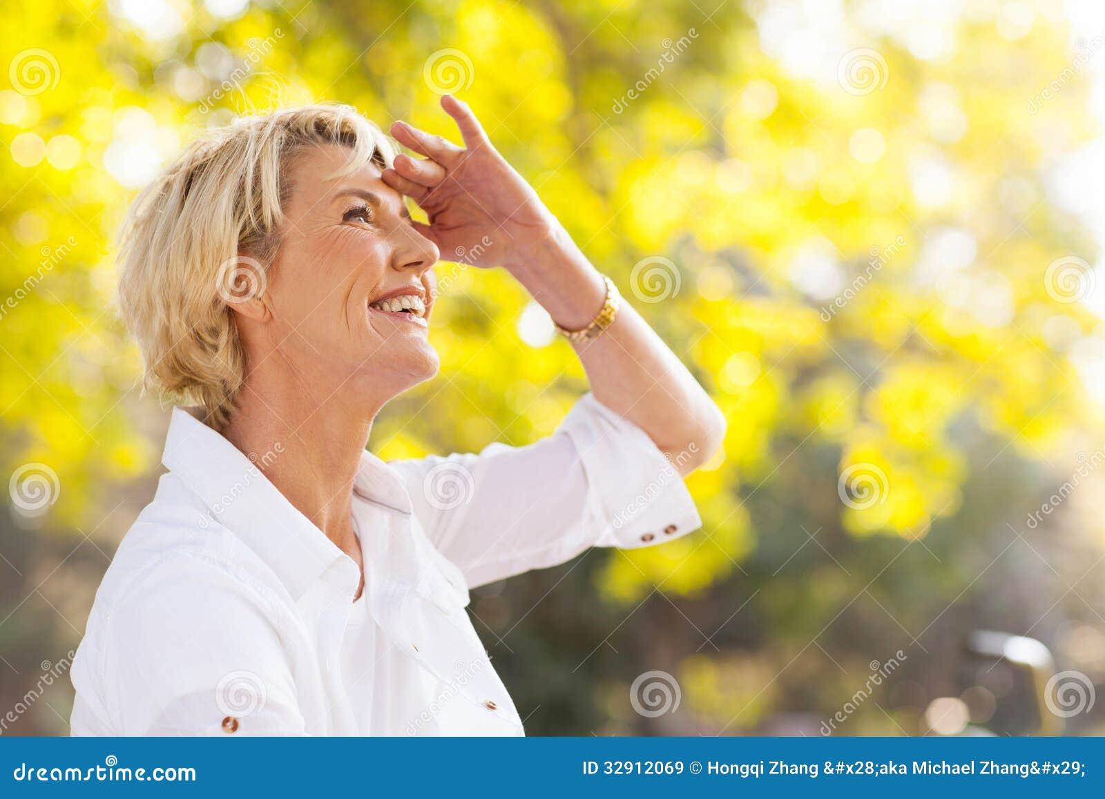 Зрелая женщина в желтом фото 736-863