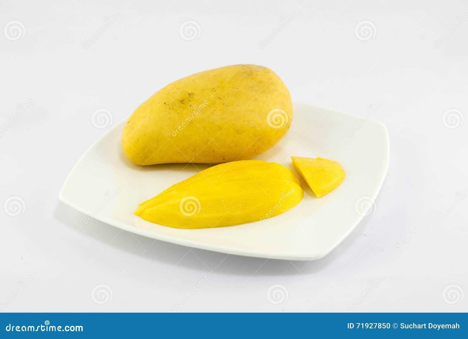 Зрелое золотое mangoe на белой предпосылке