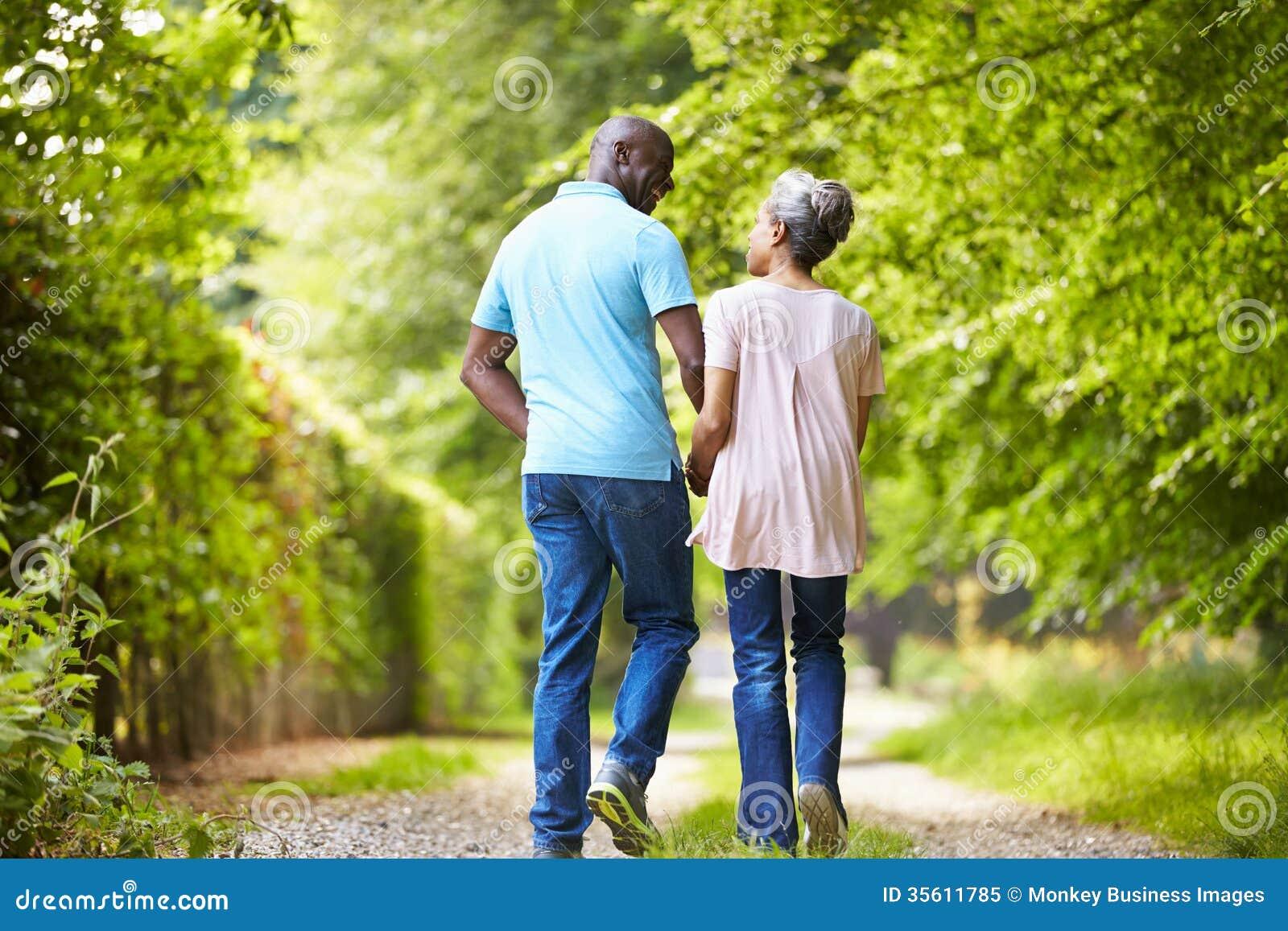 Зрелые Афро-американские пары идя в сельскую местность