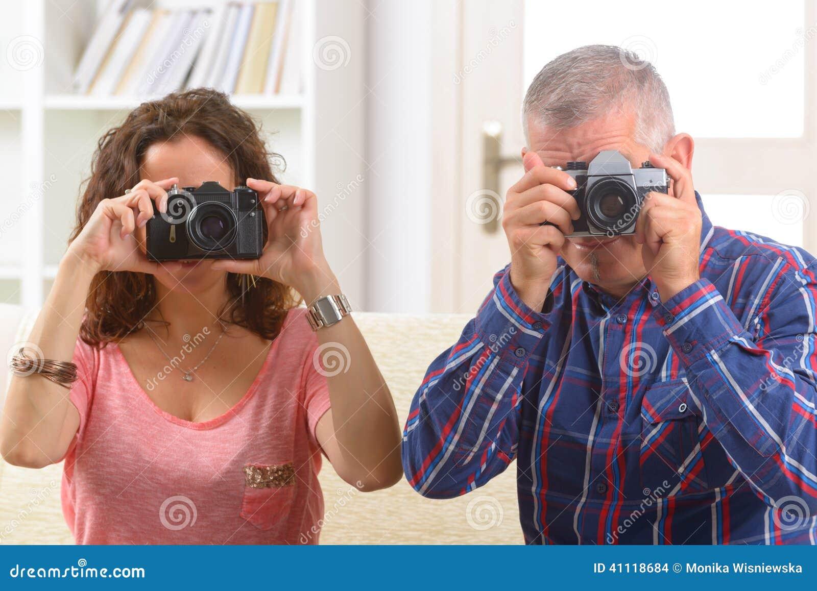 Зрелые пары фотографируя