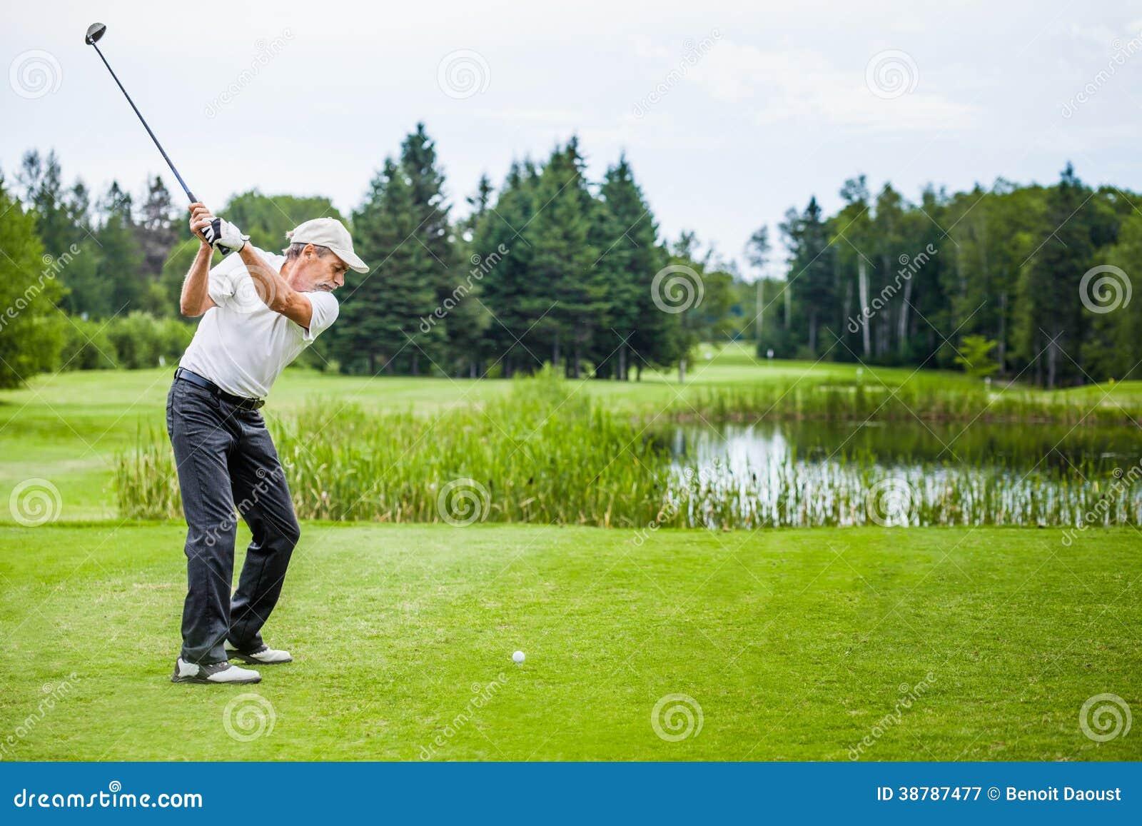 Зрелый игрок в гольф на поле для гольфа