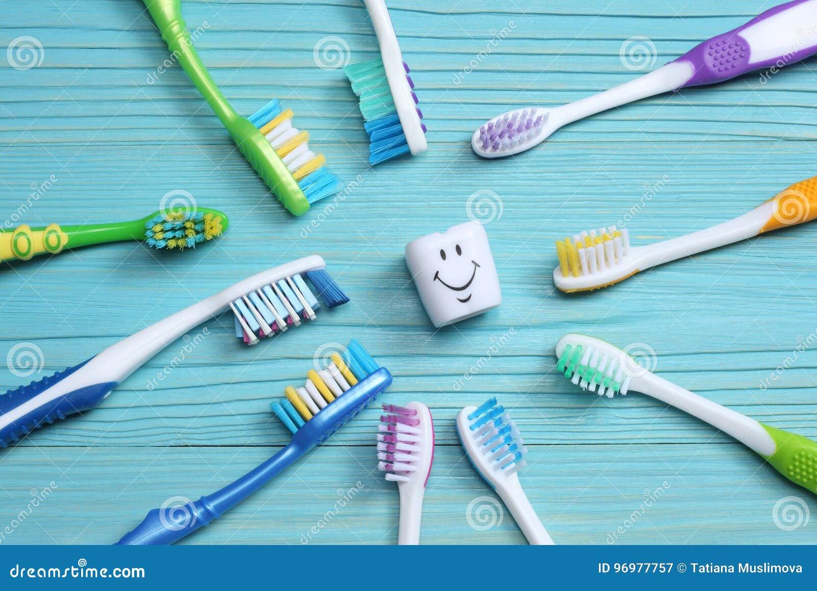 Зубная щетка зубной щетки на деревянной таблице Взгляд сверху