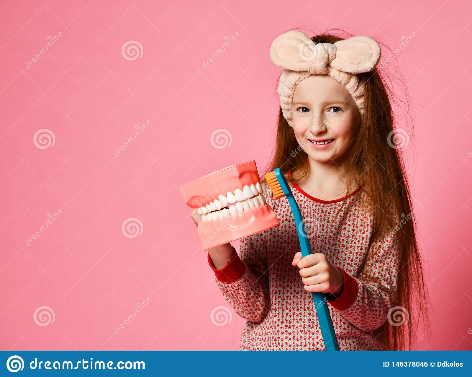 Зубоврачебная гигиена счастливая маленькая милая девушка с зубными щетками