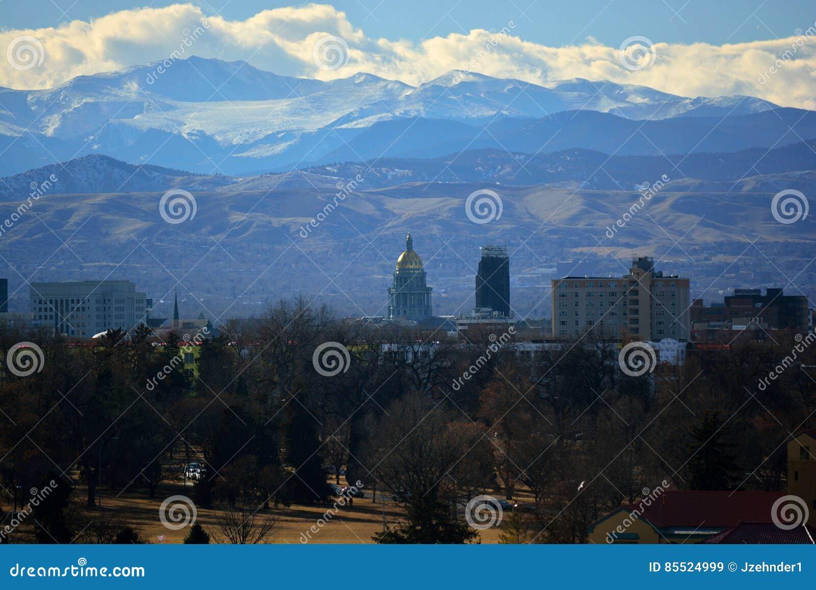 Здание капитолия положения Колорадо с скалистыми горами в