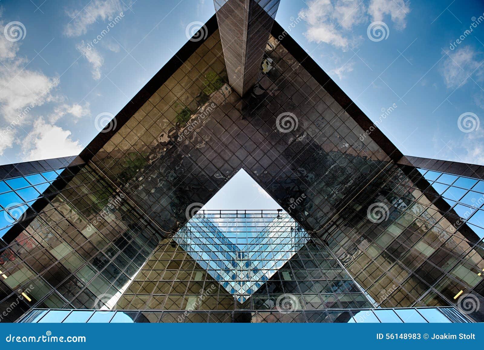 Здание офиса стеклянное в конспекте