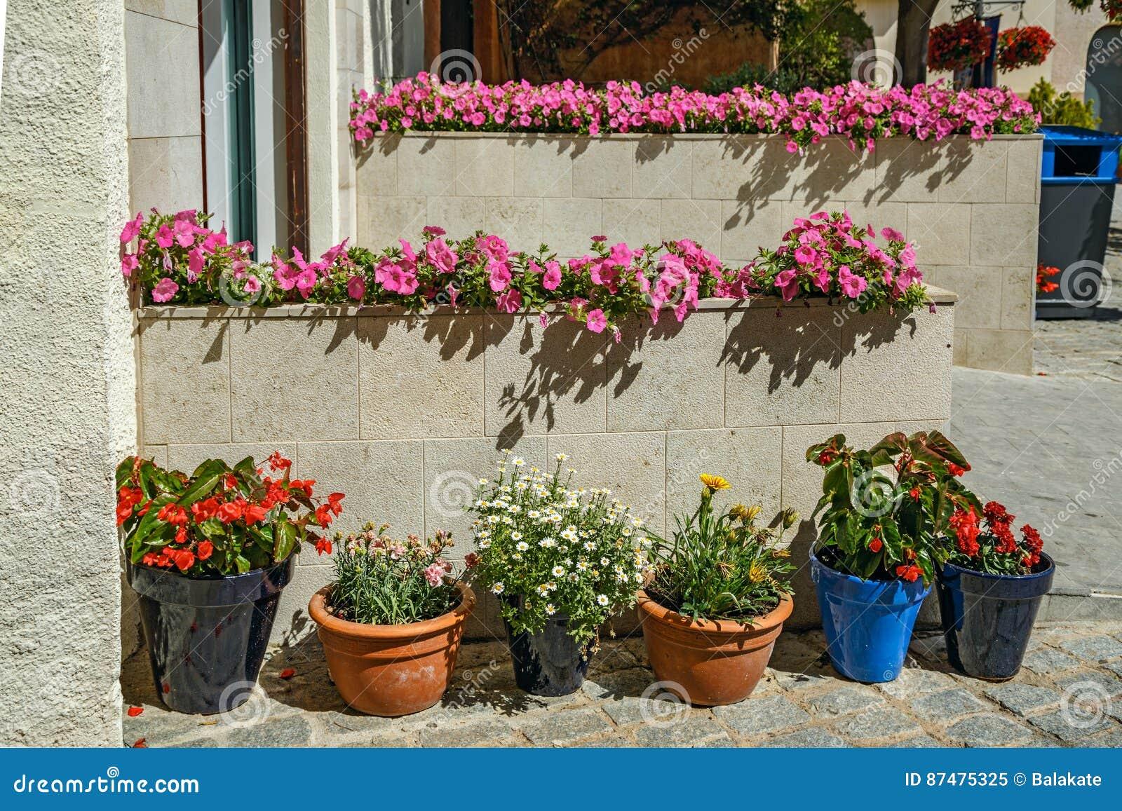 Здание украшенное с цветками salou Испания