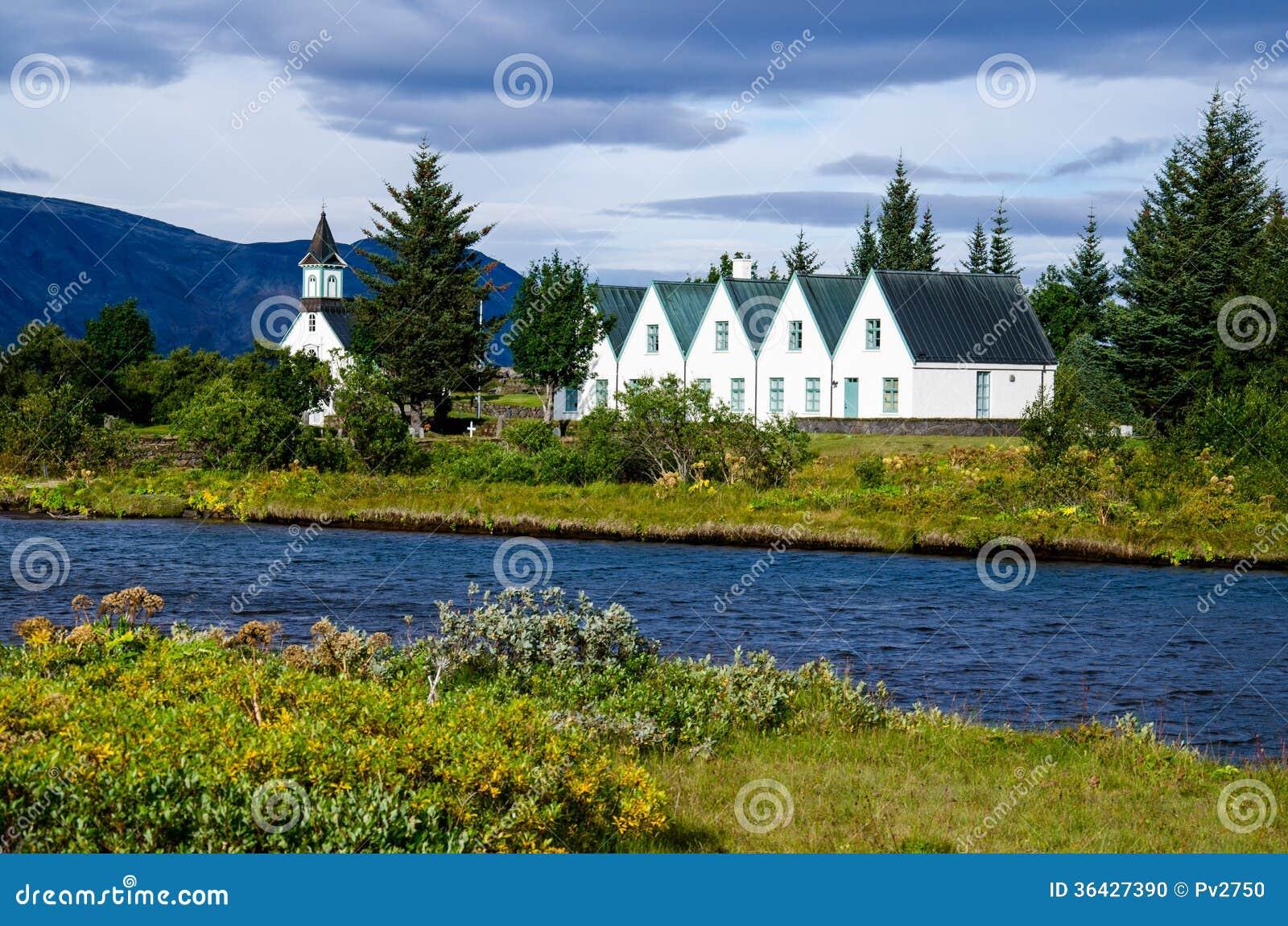 Здание церков и парламента на национальном парке Thingvellir в Исландии