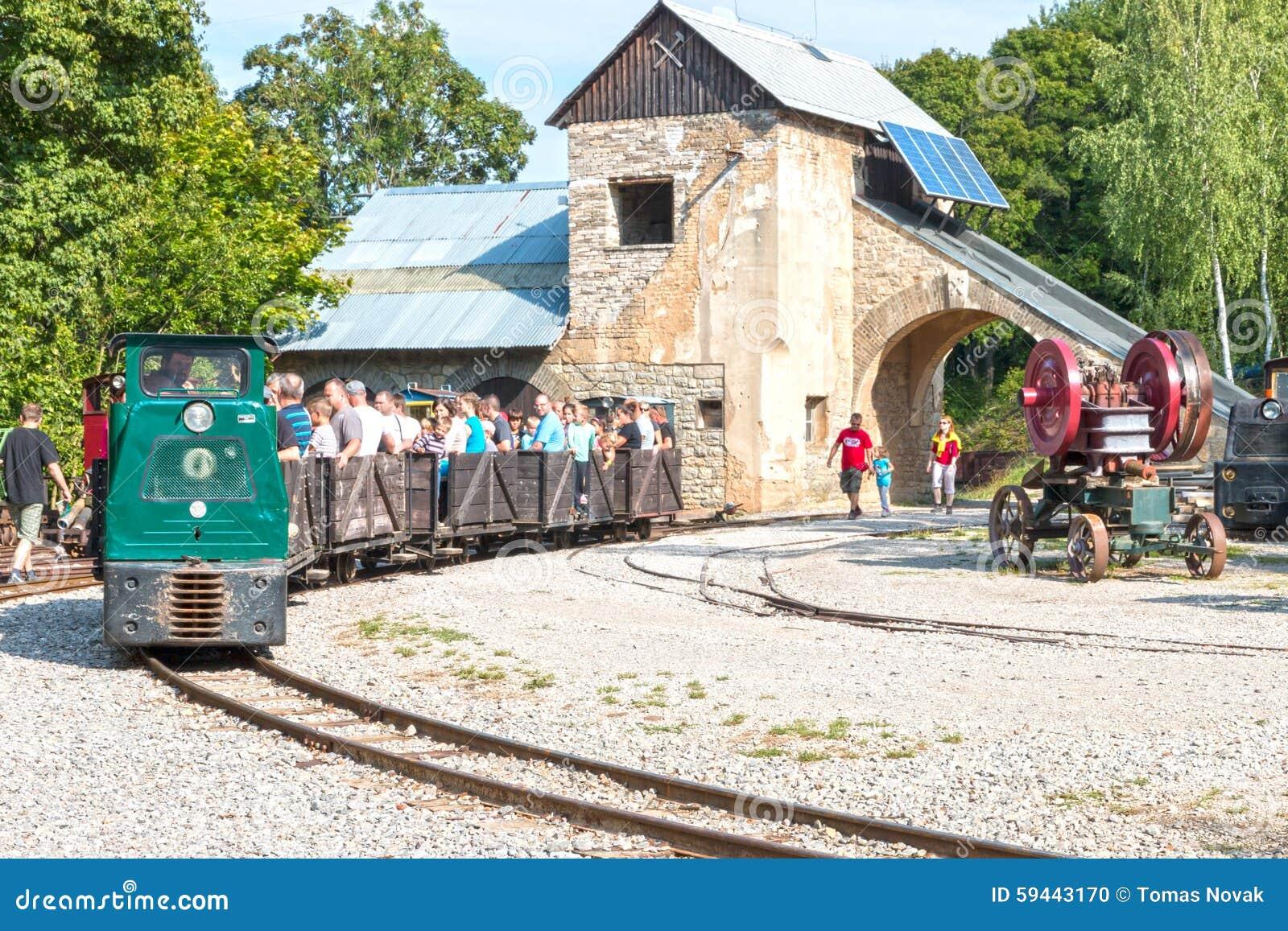 Здание шахты Muzeum старое с следами и поездом