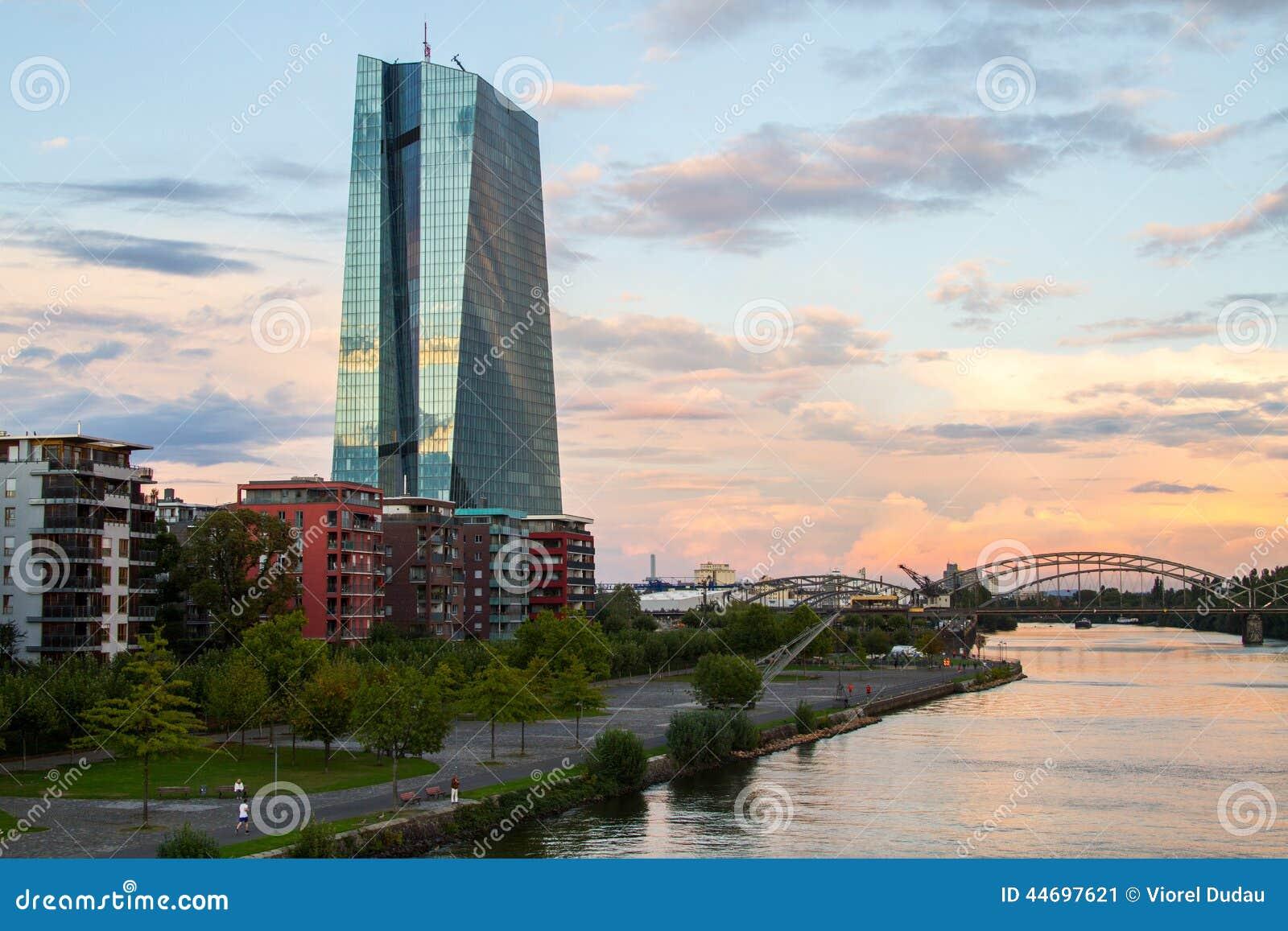 Здание ECB Европейского Центрального Банка новое