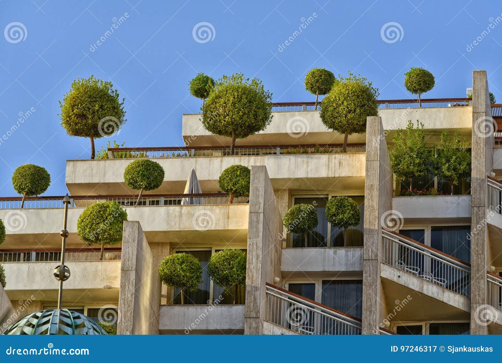 Здание Eco с деревьями