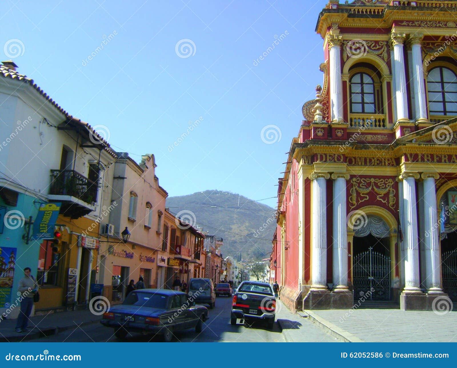Здания Salta Аргентины старые колониальные