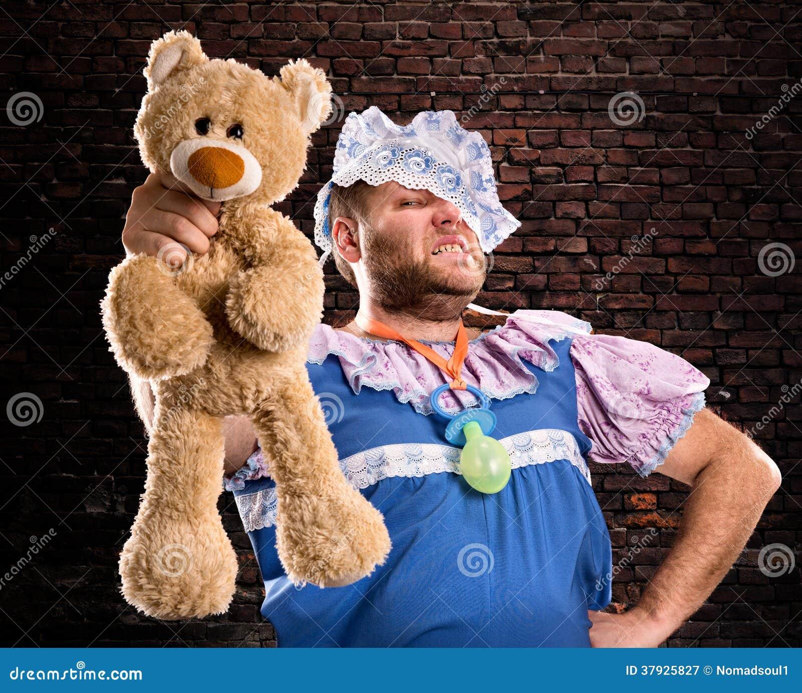 Злий человек с плюшевым медвежонком
