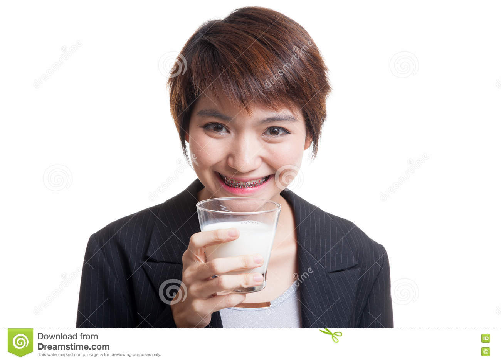 Здоровая азиатская женщина выпивая стекло молока