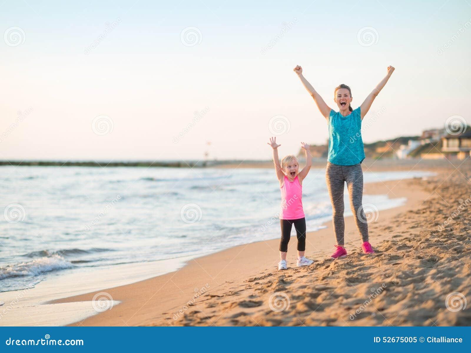Здоровое ликование матери и ребёнка на пляже