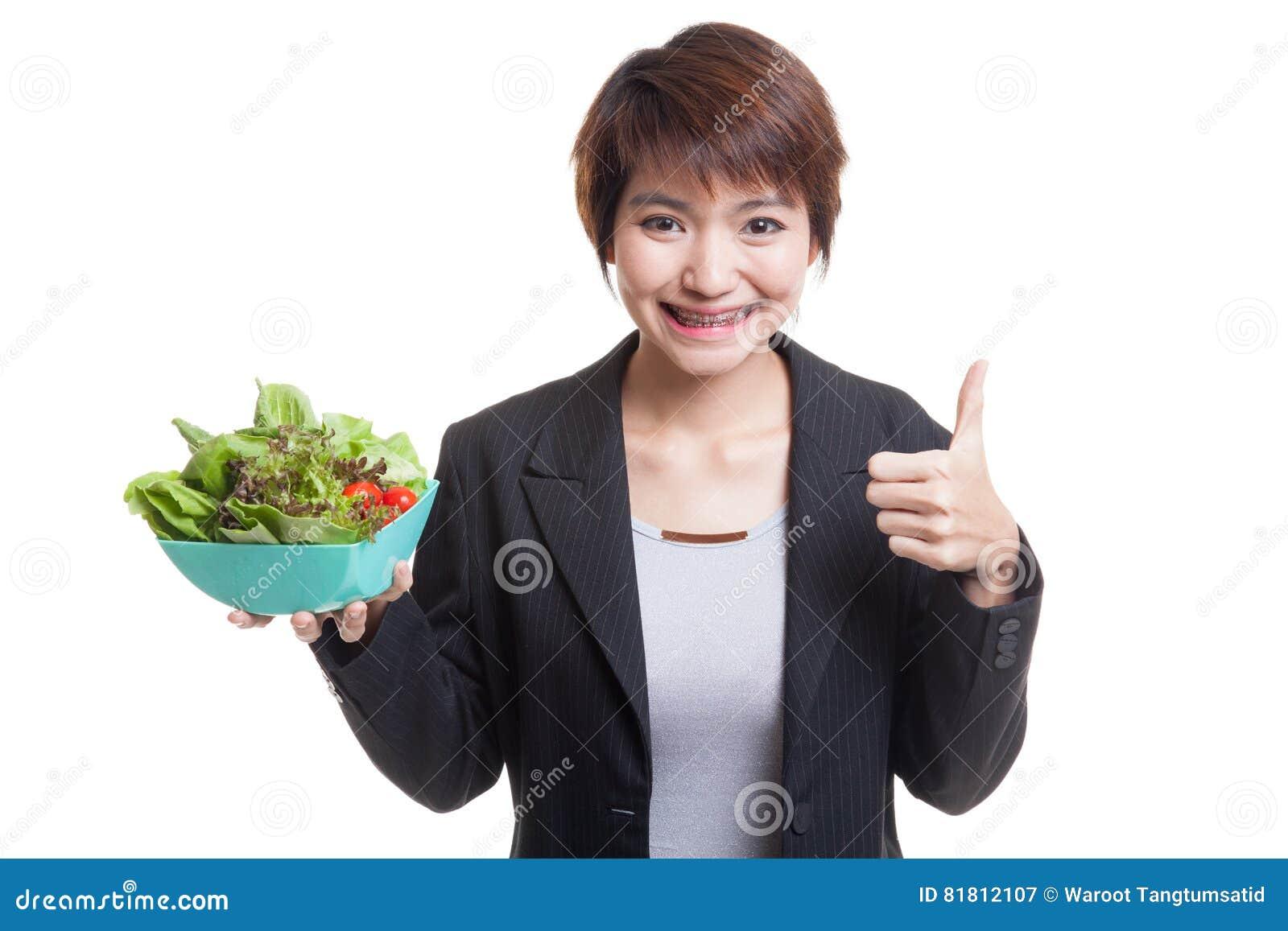 Здоровые азиатские большие пальцы руки бизнес-леди вверх с салатом