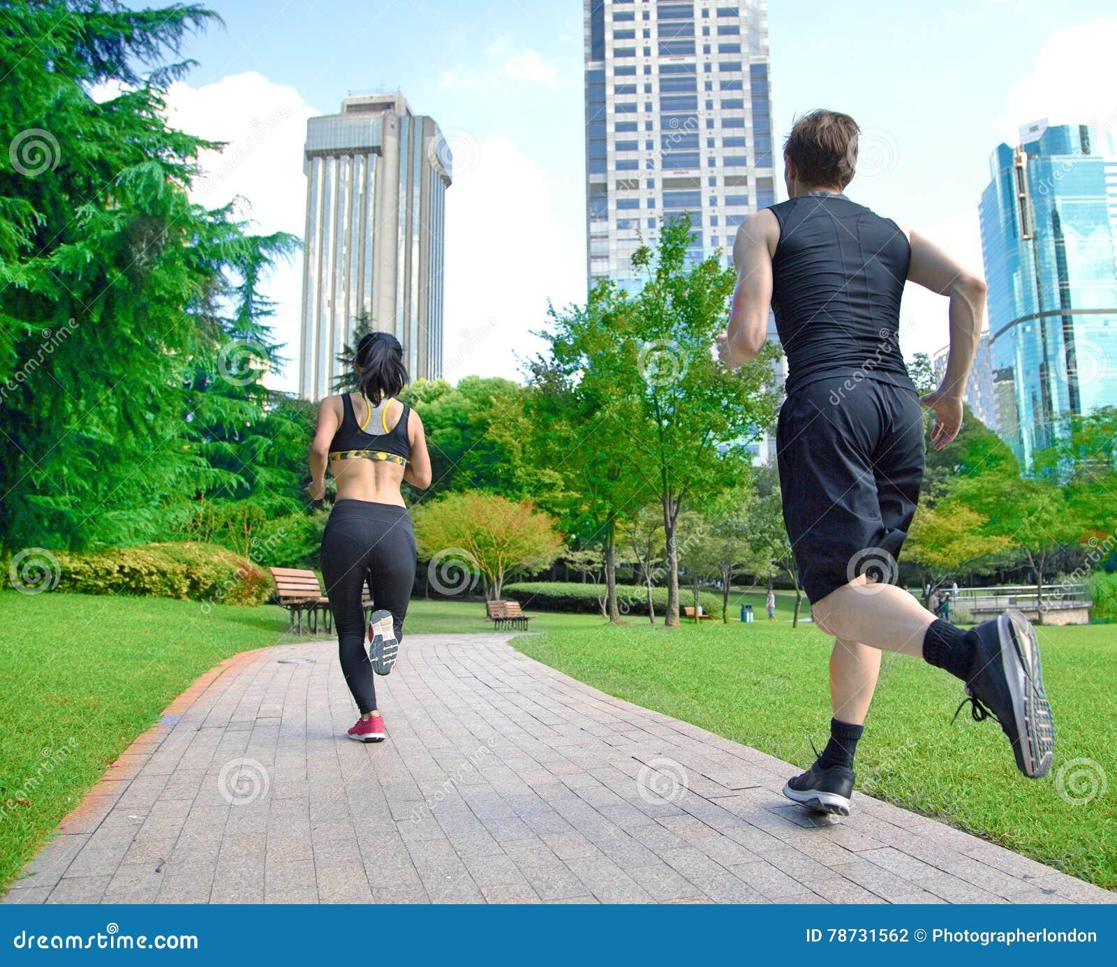 Здоровые люди спорт отстают ход живя активная жизнь Счастливые пары образа жизни спортсменов тренируя cardio совместно в лете o
