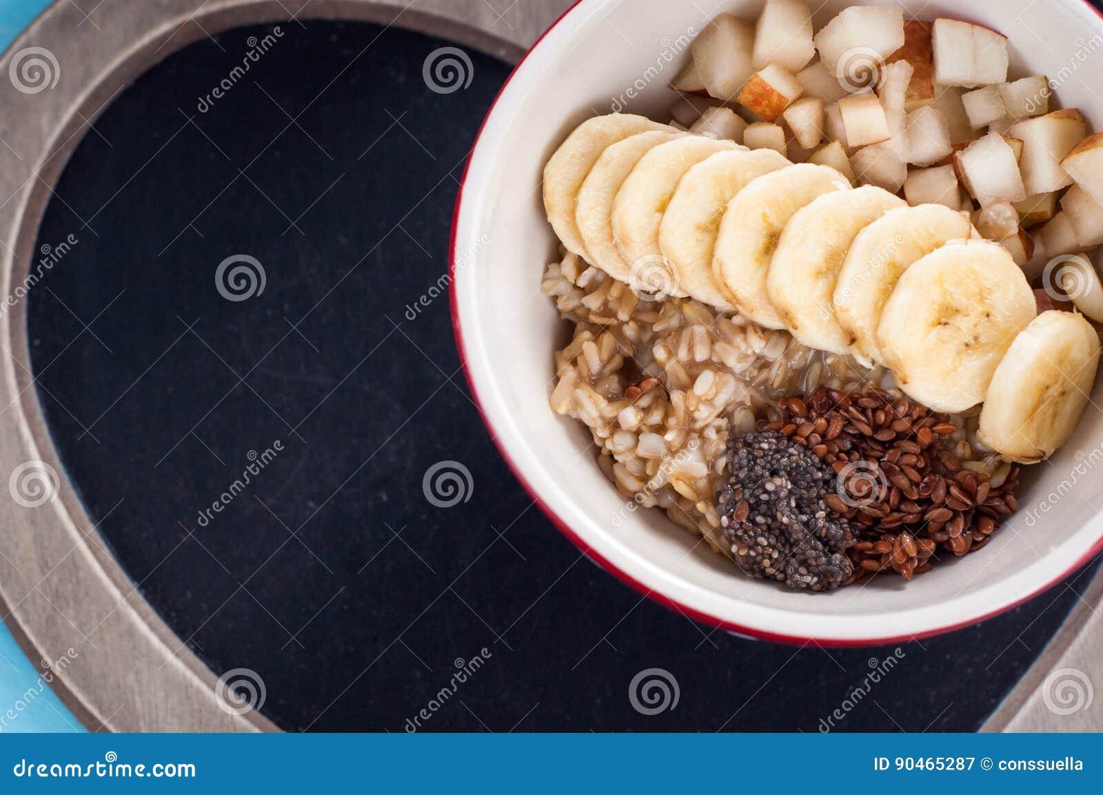 Здоровый завтрак, овсяная каша, банан, груша, мед, семена льна.
