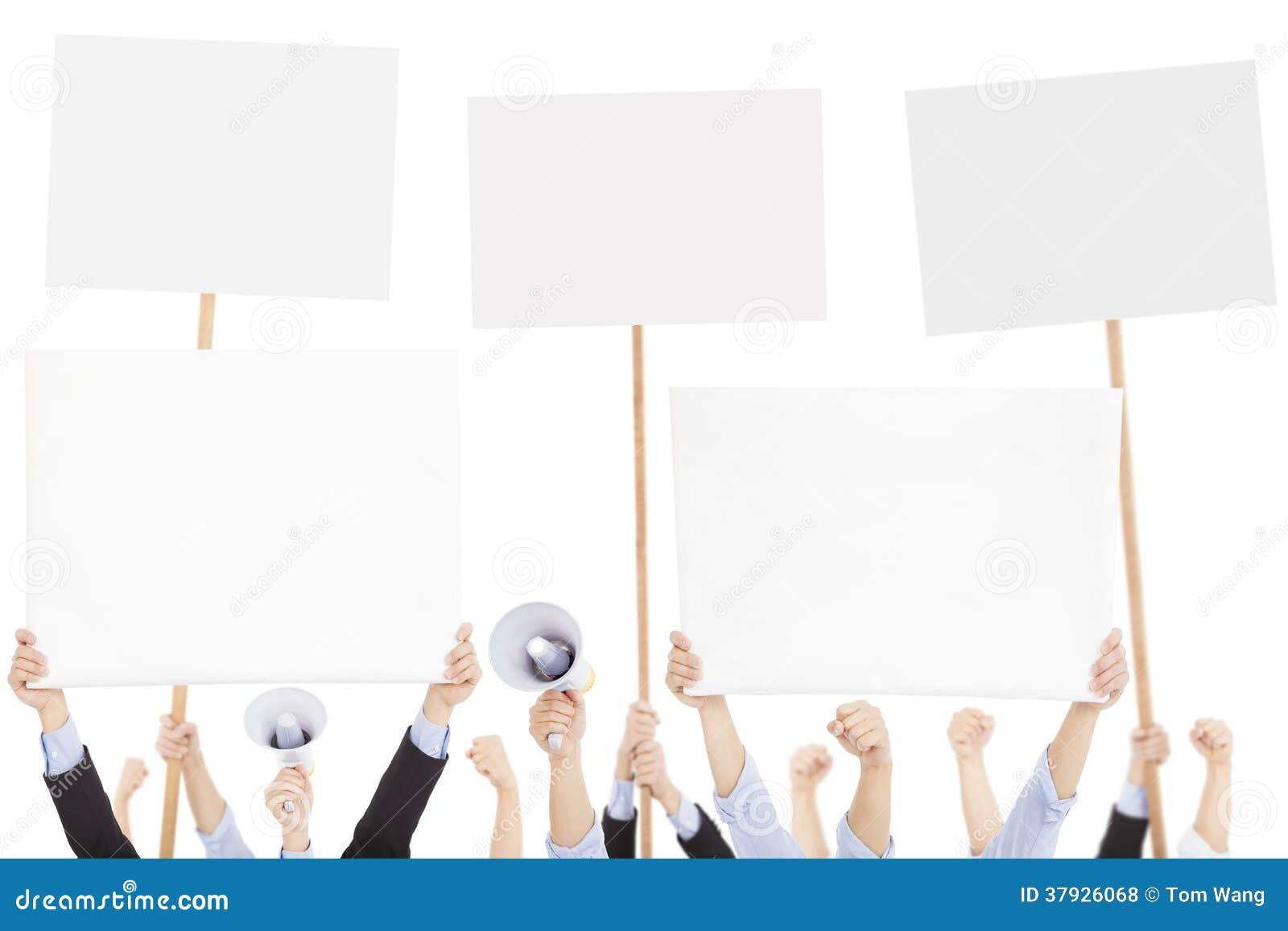 Злющие люди протестуя с доской и мегафоном