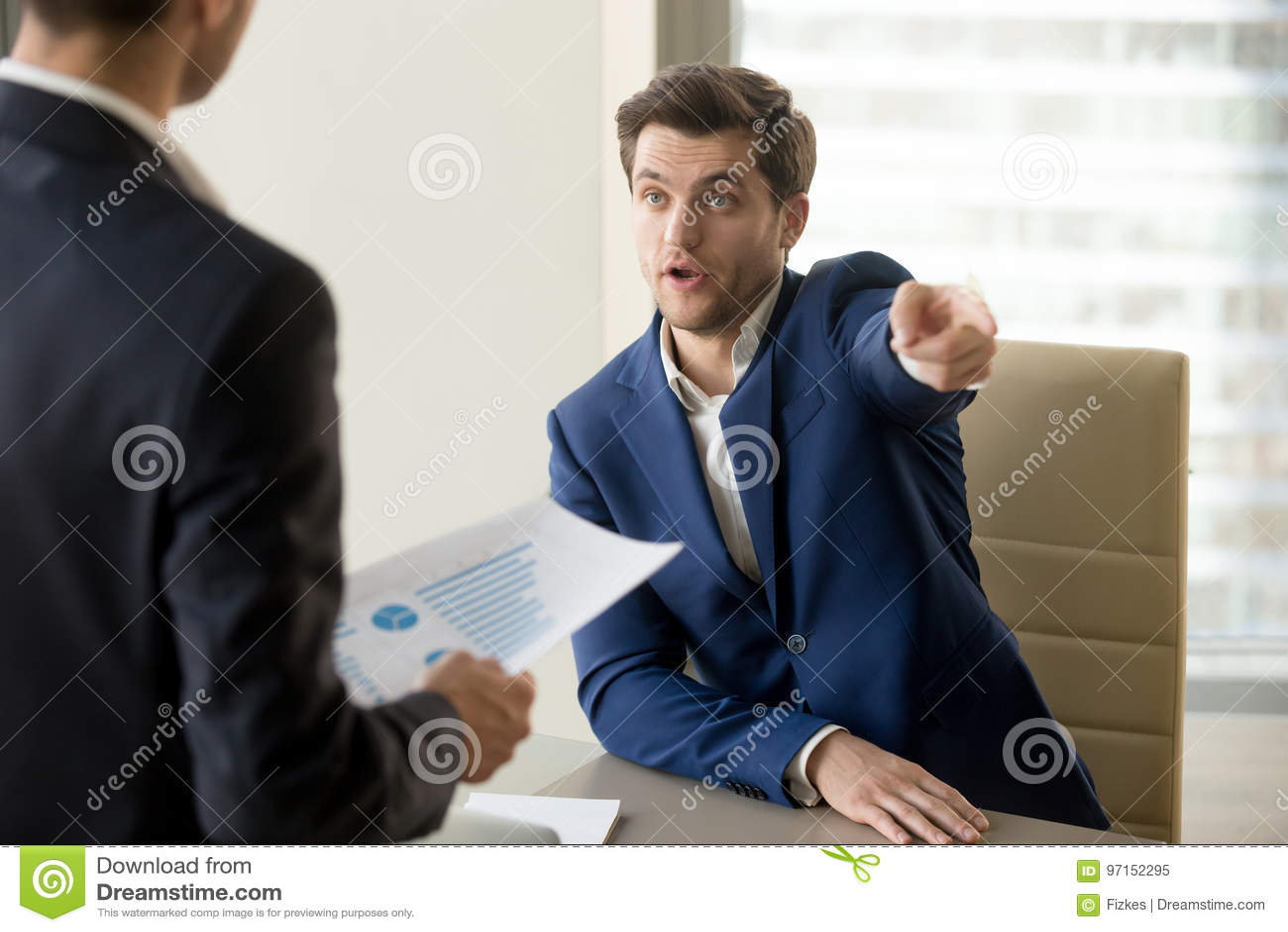 Злющий босс уволя неправомочный работник, неудовлетворенный с неудачей