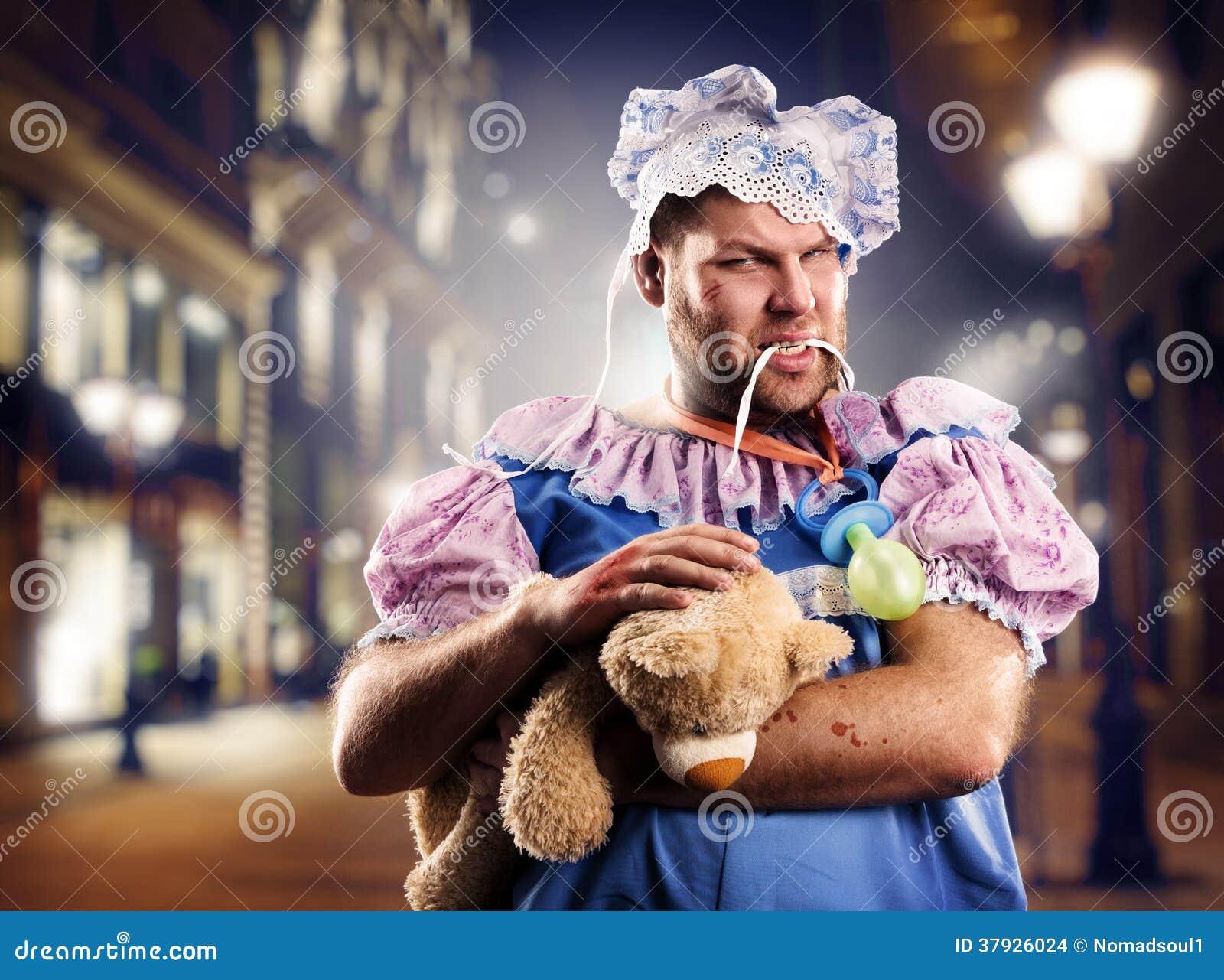Злющий человек chav на улице на ноче