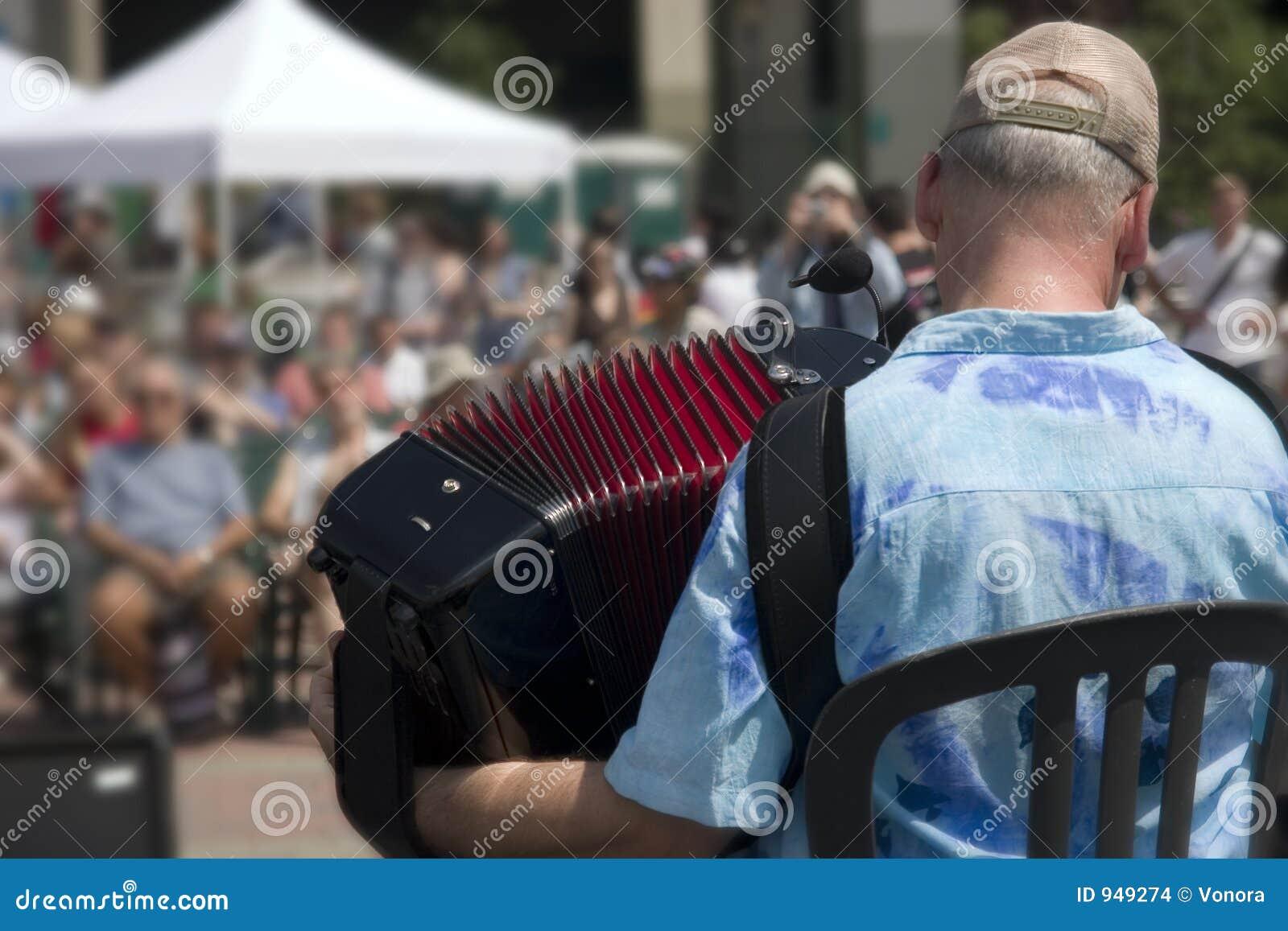играть аккордеони