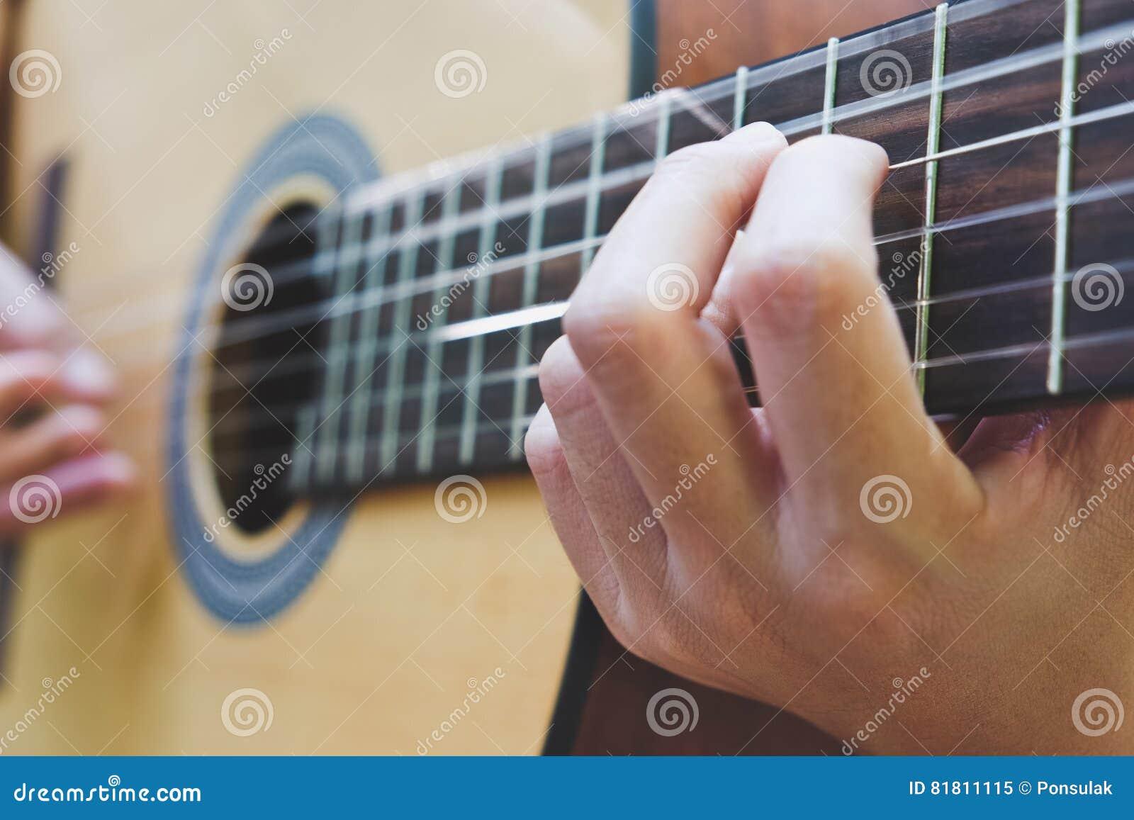 играть акустической гитары