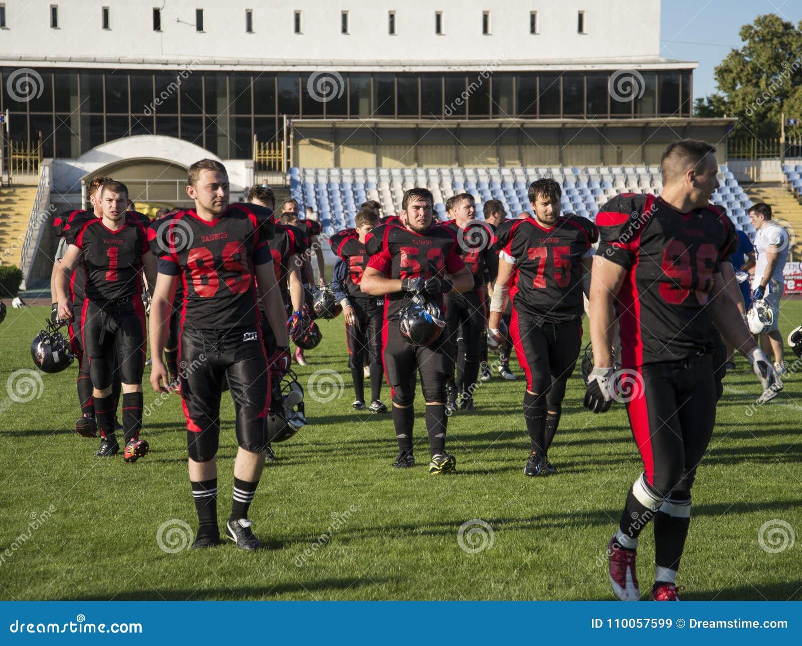 Играть американский футбол на стадионе