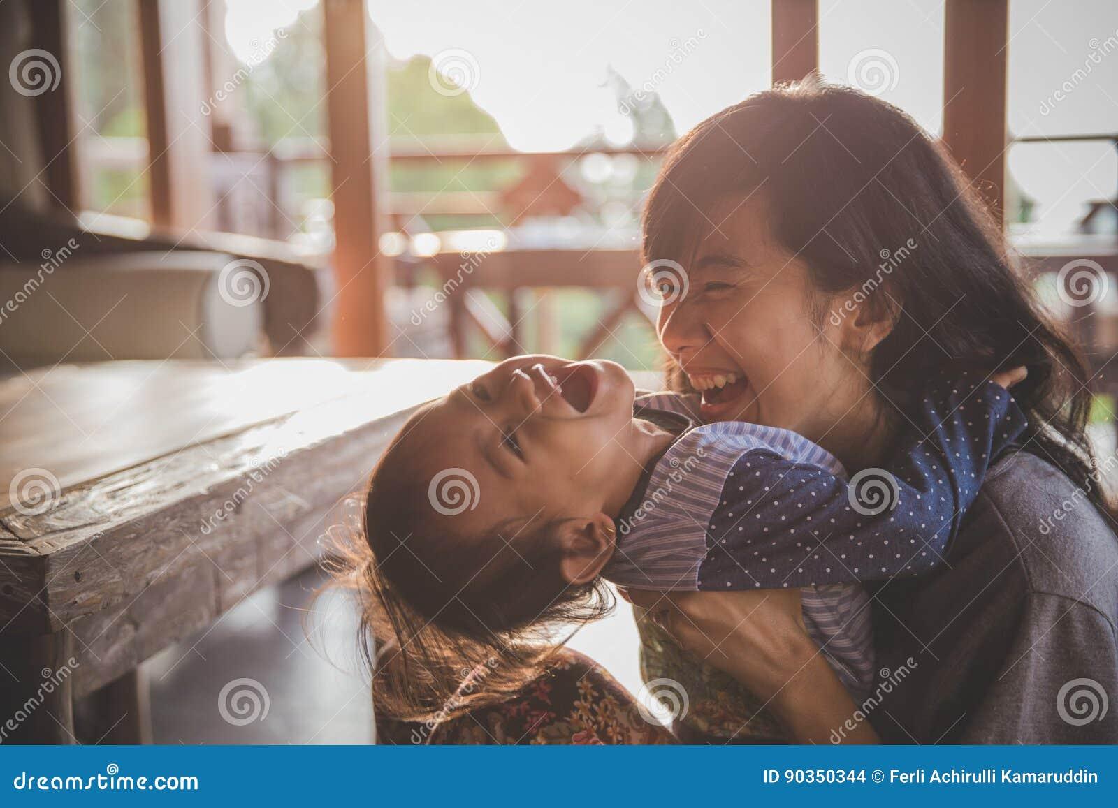 играть девушки матери и ребенка
