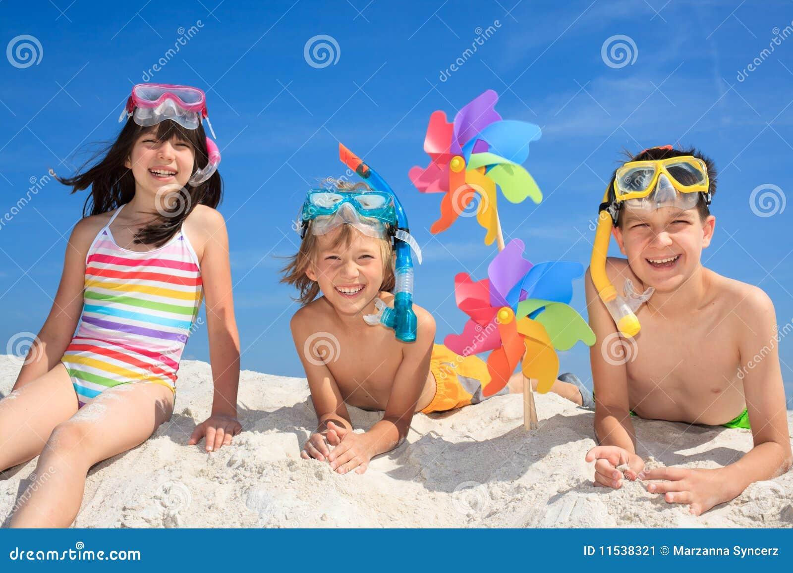 играть детей пляжа