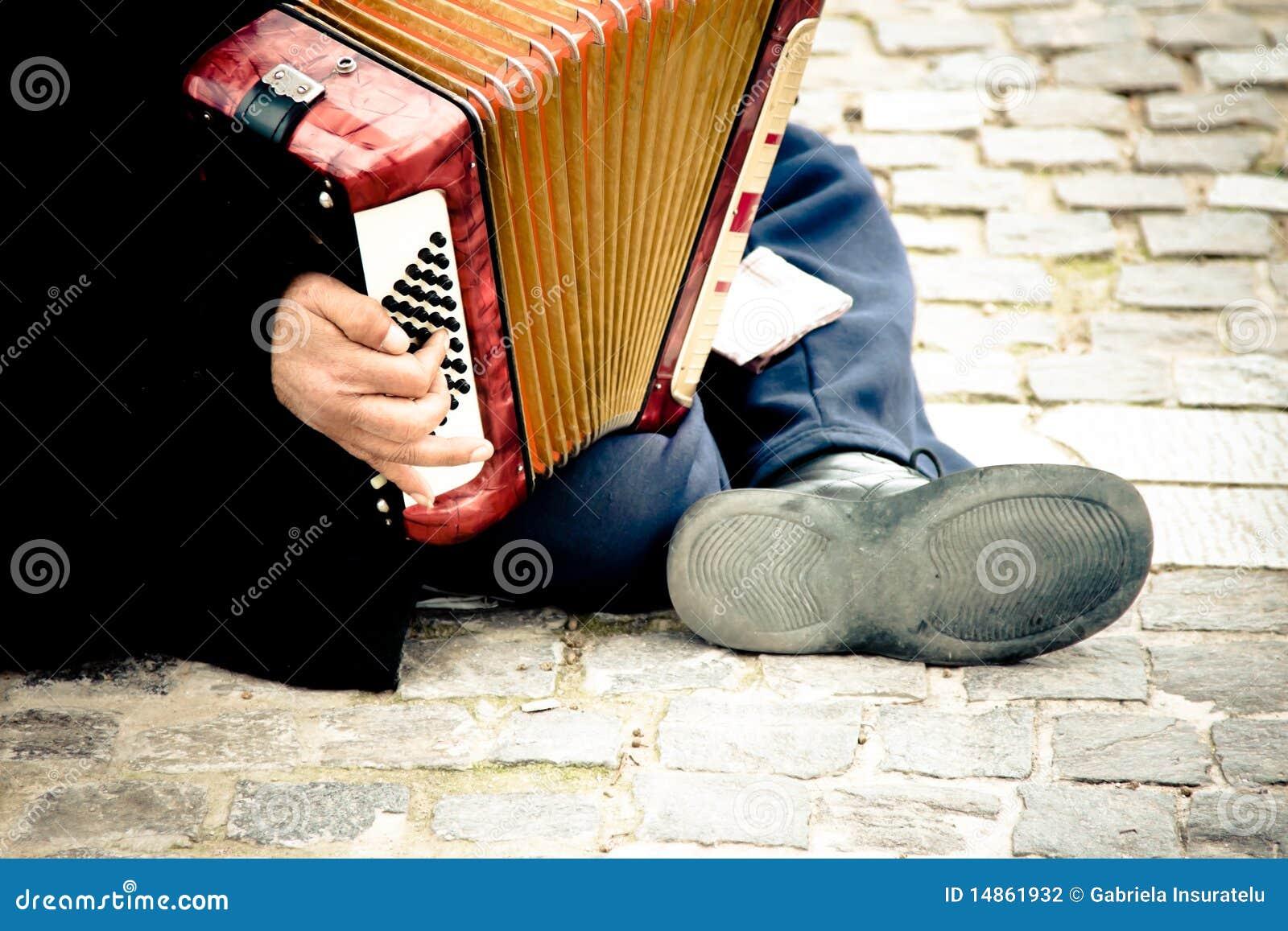 играть иммигранта аккордеони