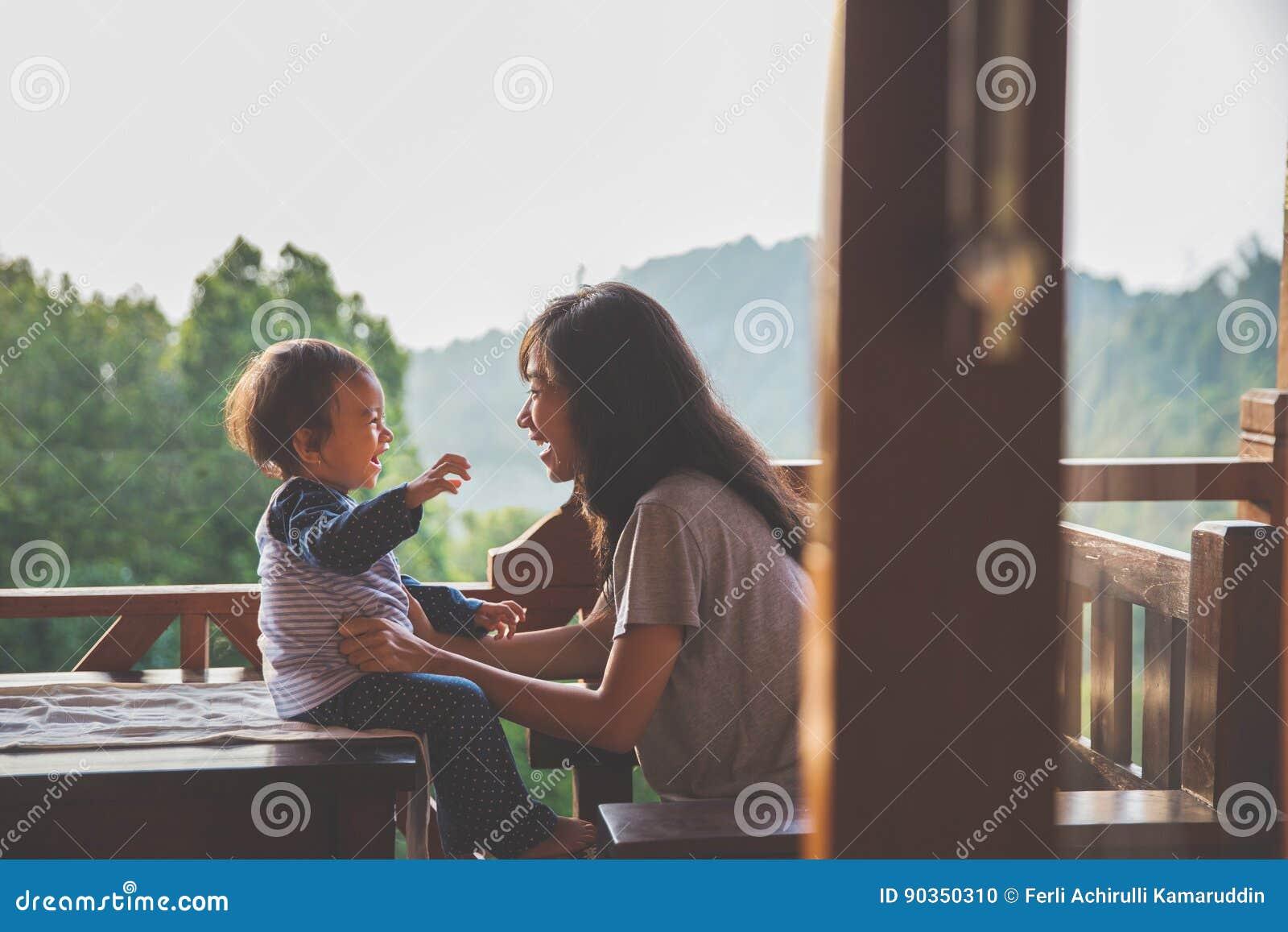 играть мати дочи