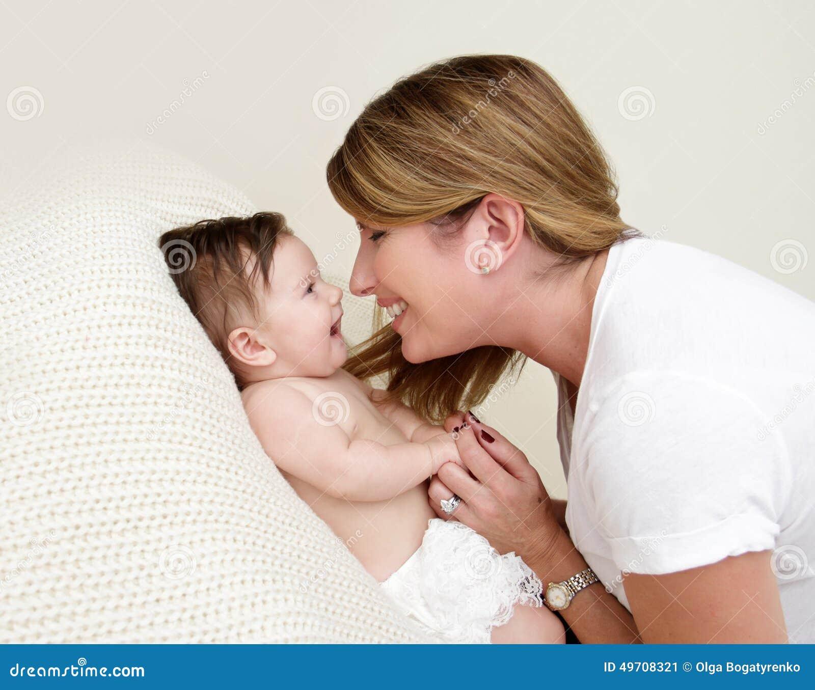 играть мати младенца