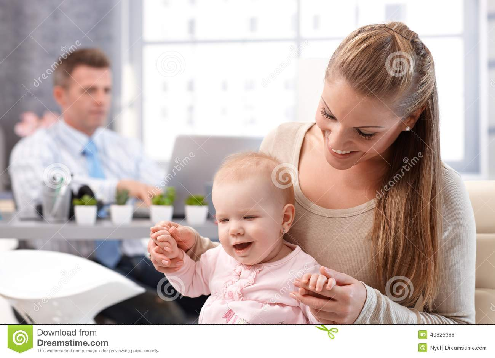Играть дочери матери и младенца