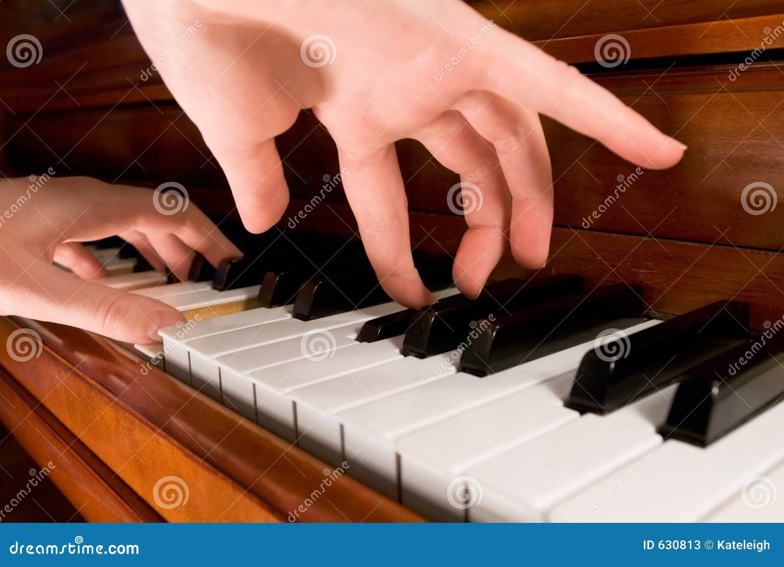 Download играть рояля стоковое изображение. изображение насчитывающей клавиатура - 630813