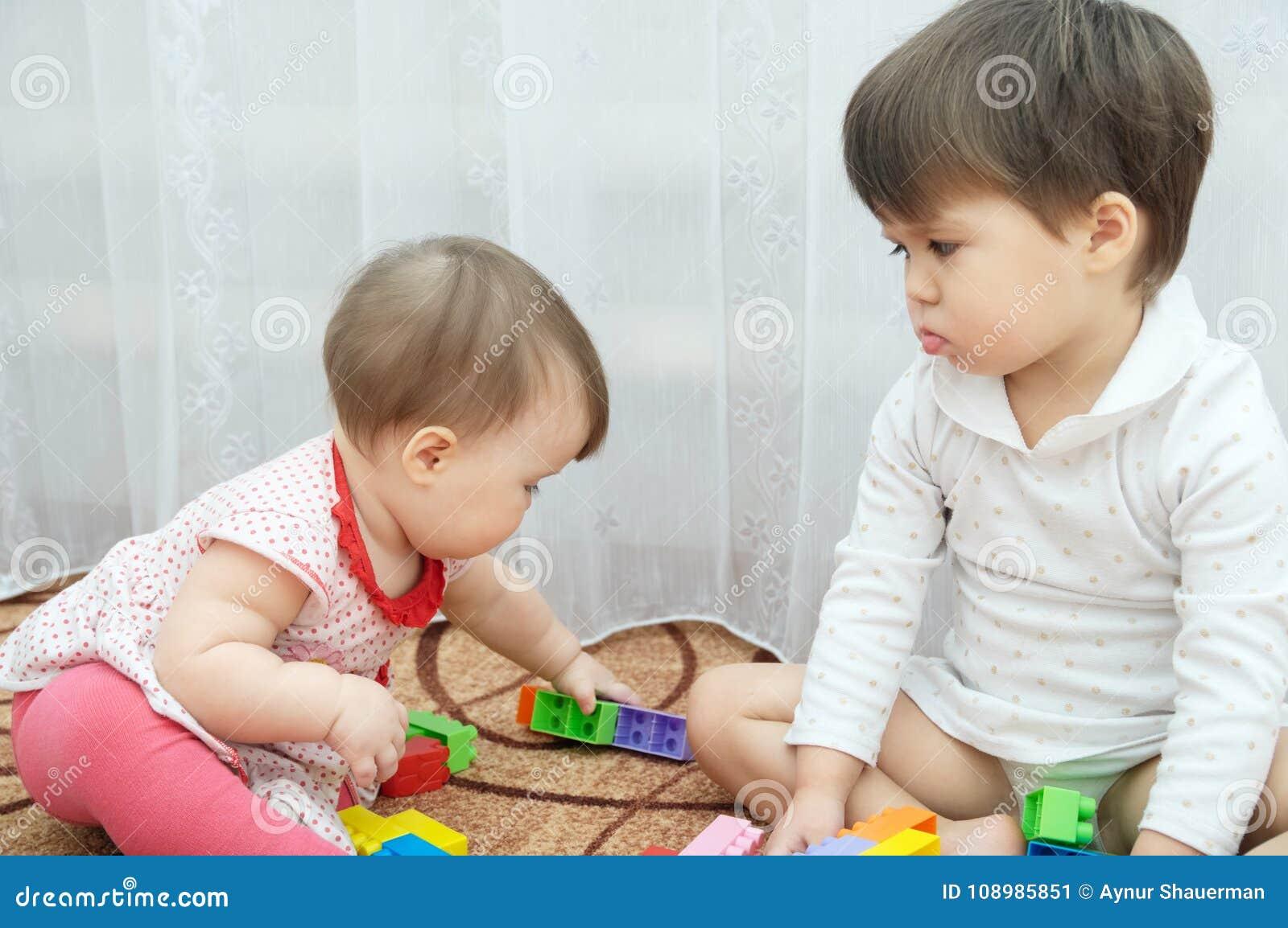 Играть сестер 2 маленькой девочки, младенец и малыш ревнивый ребенок