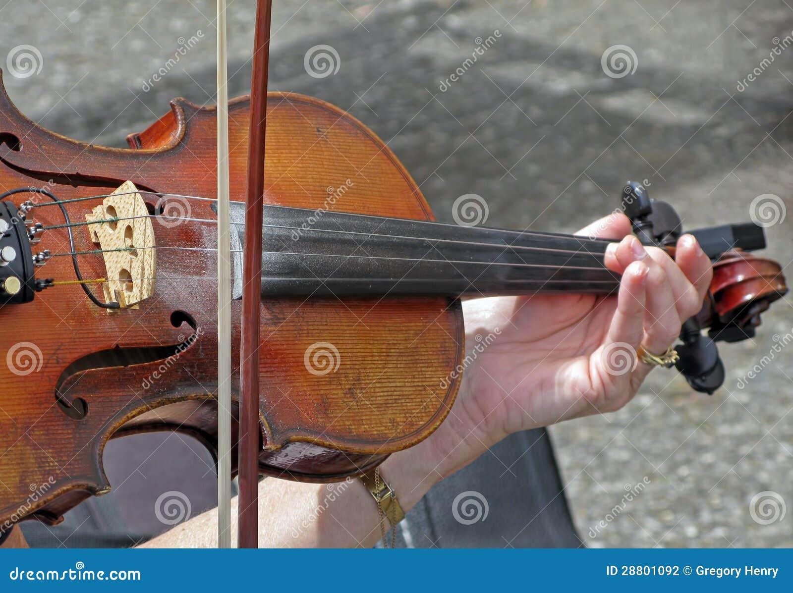 Играть скрипку
