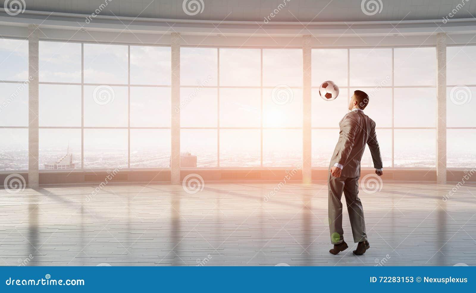 Download Играть футбол в офисе стоковое изображение. изображение насчитывающей футбол - 72283153