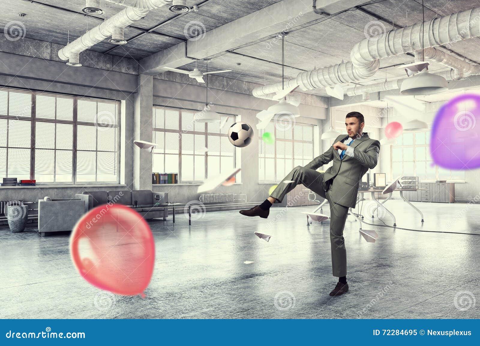 Download Играть футбол в офисе стоковое изображение. изображение насчитывающей водительство - 72284695