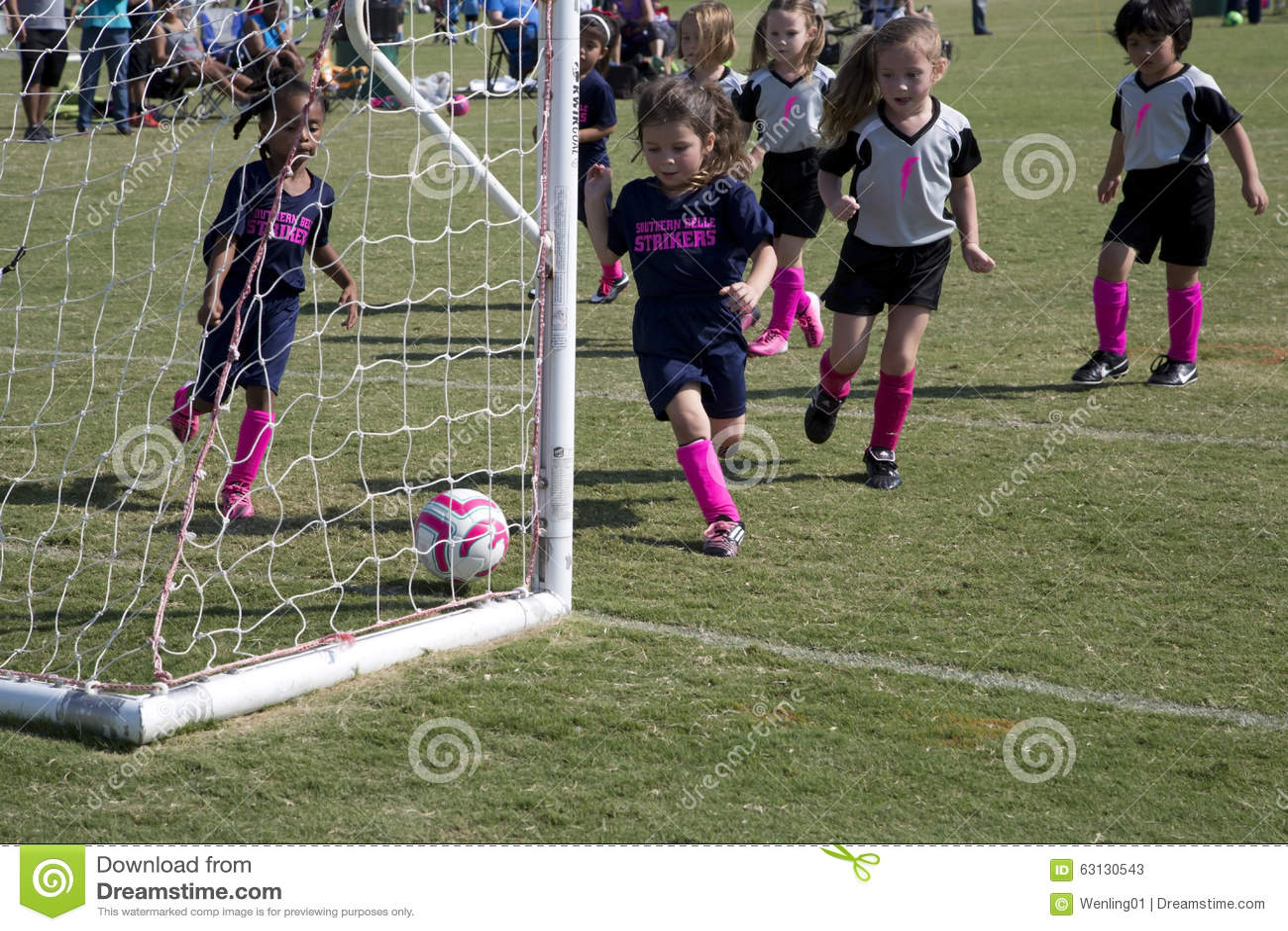 играть футбол