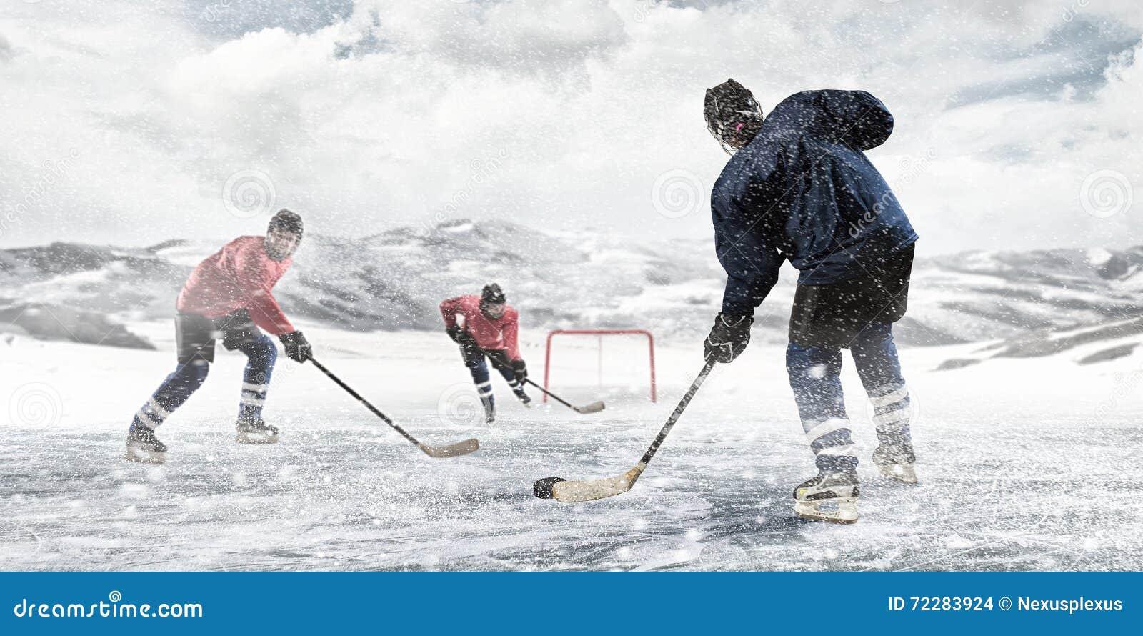Download Играть хоккей стоковое фото. изображение насчитывающей снежок - 72283924